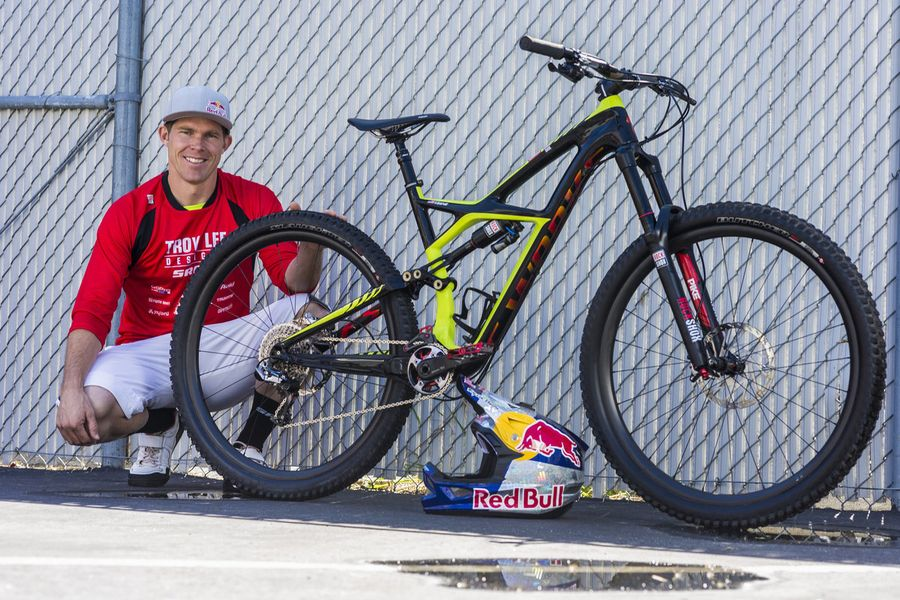 http://www.test.rowery650b.eu/images/stories/news/opony/Specialized/mountain-bike-rider-curtis-keene-with-his-bike.jpg
